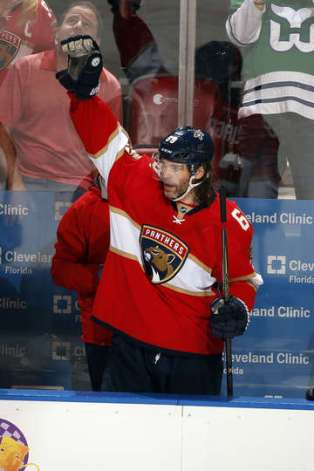 Jagr acknowledges the crowd at BB&T Center for the ovation they gave him after scoring his 1888th point.